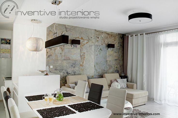 Projekt salonu Inventive Interiors - fornir kamienny, kamień na ścianie za sofą