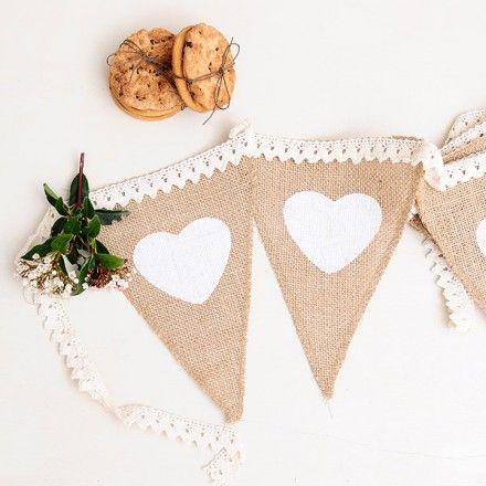 Banderin de yute con encaje y corazones blancos