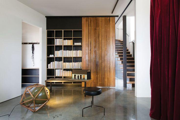 Lattia, portaat ja kirjahylly