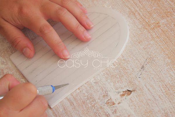 DIY: como hacer una puertecita para el ratoncito Perez reciclando una bandeja de poliespan | Aprender manualidades es facilisimo.com