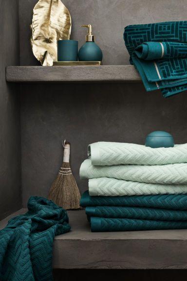 Serviette à motif jacquard: Serviette en coton éponge avec motif zigzag en tissage jacquard. Patte de suspension sur les largeurs.