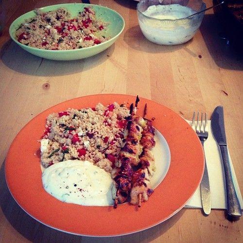 Hähnchenspieße mit Couscous und Joghurtdip.
