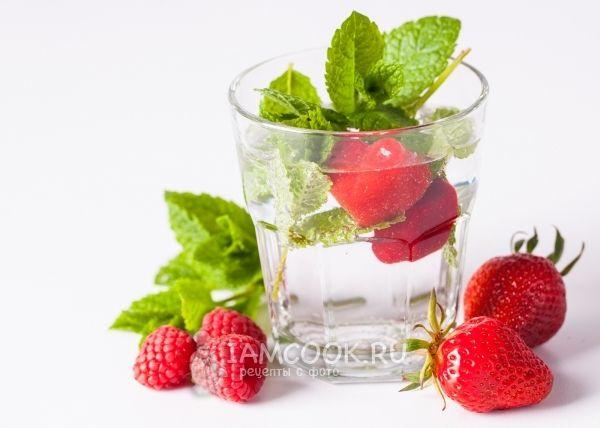 Ароматизированная вода с ягодным льдом