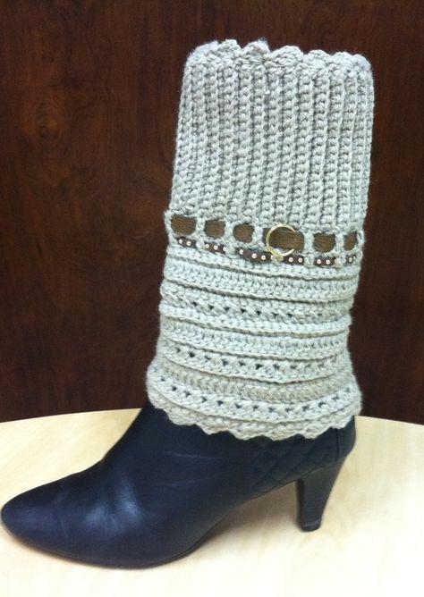 Polaina de bota bege, produzida em crochê, com detalhes em couro ecológico. <br> <br>Aquece suas pernas com muito estilo. <br> <br> <br>Produzida sob encomenda. <br> <br>Consulte as cores disponíveis. <br> <br>Prazo de produção de 5 dias úteis contados da confirmação do pagamento.
