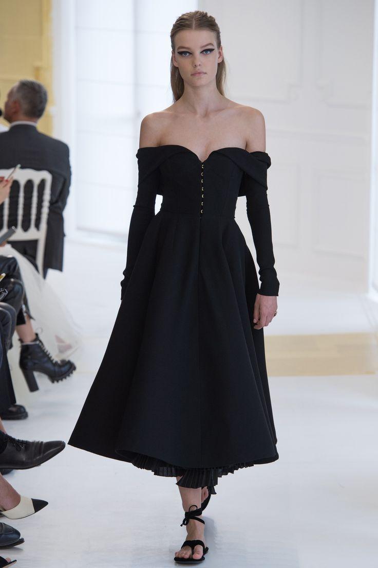 Robe du soir qui découvre les épaules Défilé Dior Haute Couture automne-hiver 2016-2017