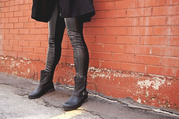 Leather maternity leggings are a must this fall #apsobibi #leather #maternityfashion #trendy