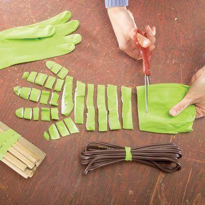 Utiliser des bandes découpées de gant en caoutchouc pour nouer diverses choses. Comme des élastiques ...