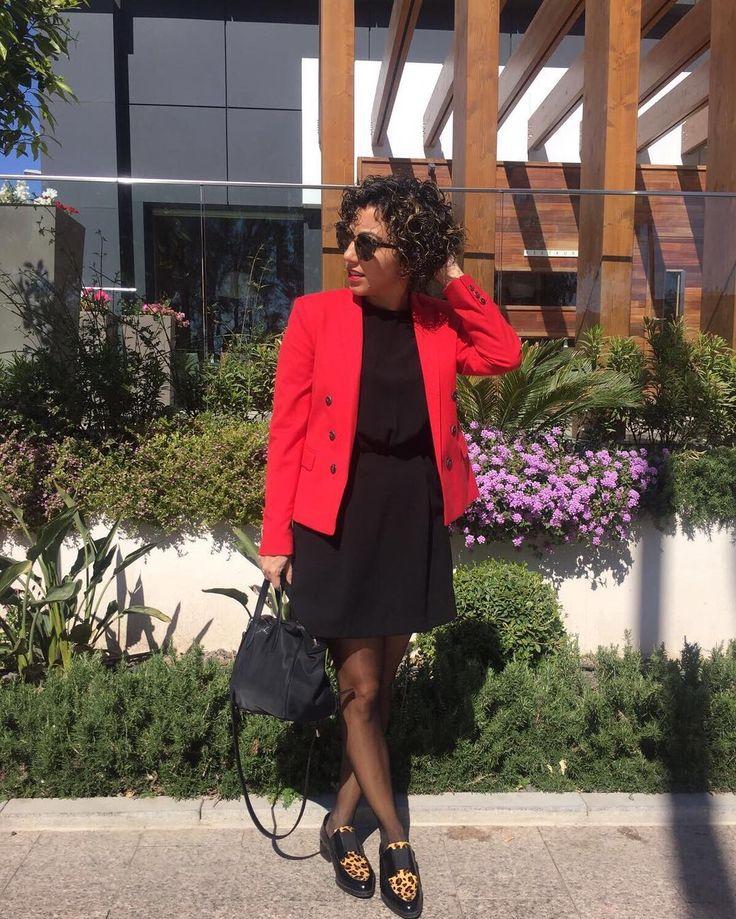 El sábado hacía solazo y hoy no me he podido separar del paraguas...  Vaya comienzo de semana. #primaveravenami    #ファッション #spain #murcia #blog #女の子 #blogger #girl #cacheada #cachos #curlyhair #ootd #look #curlyhairdontcare #instablogger #outfit #me #curls #happy #lotd #inspo #curly #makeup #hair #smile #spanishblogger#red#nofilter