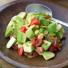 ORIGINALREZEPT von Heike & Stefan Leistner: Avocadosalat aus Myanmar Für 4 Portionen Zubereitungszeit: 15 Minuten Bei diesem Salat aus reifen Avocados mit Tomaten, Chilis, Limette und Koriander…