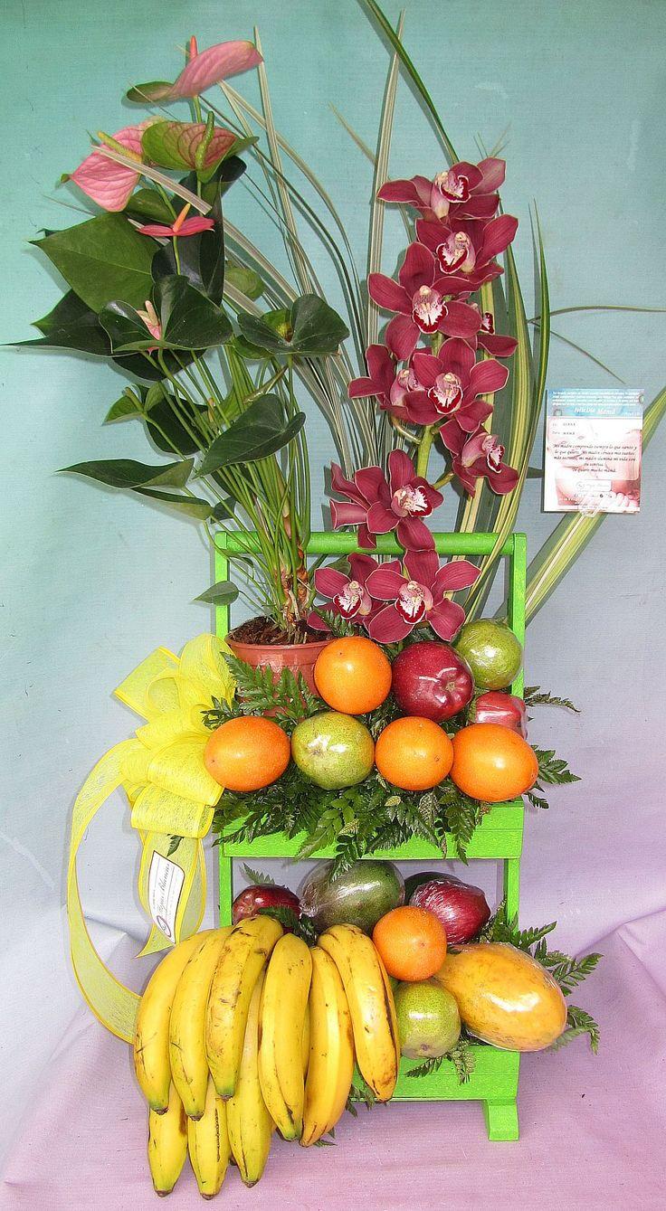 Tropical con frutas. y flores exoticas.