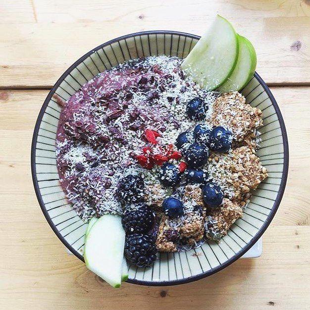 Source de  en ce mois de  | Encore un magifique regram de @emmysckoropad on en veut plus! #smoothie#granola#apple#fruit#açai#berries#fresh#raw#vegan#healthyliving#cru#vscofood