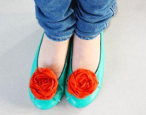 Zelf een bloem van restjes stof knutselen, in 10 minuten! Leuk voor in je haar, op ballerina's of een saai t-shirt... #knutselen #textiel #zomer #accessoires #styling