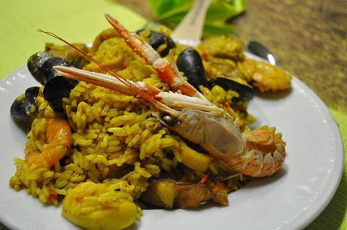 La ricetta originale spagnola della Paella a base di pesce, un piatto tipico gustoso realizzato con riso, frutti di mare e verdure ottimo come piatto unico