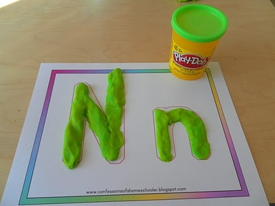 Buchstaben mit Knete formen