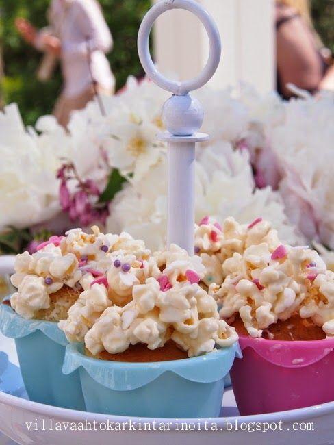 Villa Hattara (1l popcorneja+200g valk. suklaata kuppikakkujen päällä)