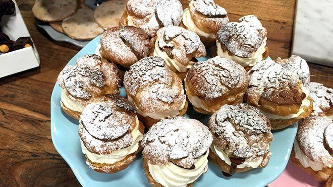 Rudolph's Bakery | de bloem en de cacaopoeder door tot een soepel deeg. Druk het deeg plat, verpak in plasticfolie en laat circa 30 minuten rusten in de...