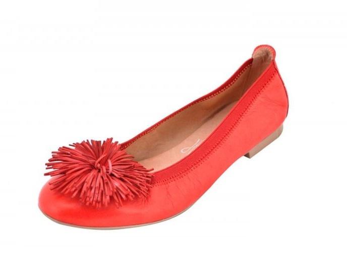 Hispanitas es una firma de calzado  española de amplia trayectoria especializada en calzado femenino cómodo, ponible, que siga la moda, pero sin grandes estridencias. En esta temporada primavera – verano los zapatos Hispanitas siguen la tendencia de los colores suaves, con clásicos zapatos de cuña.....