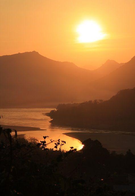 夕日の名所、プーシーの丘。ラオス 旅行・観光の見所!