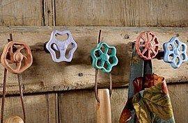 Belles idées récup et recyclage pour le jardin ! Avec des vieilles cuillères et de vieux robinets en fonte, faites en des crochets pour le jardin. Pour suspendre une jardinière et pour accrocher les outils de jardinage..