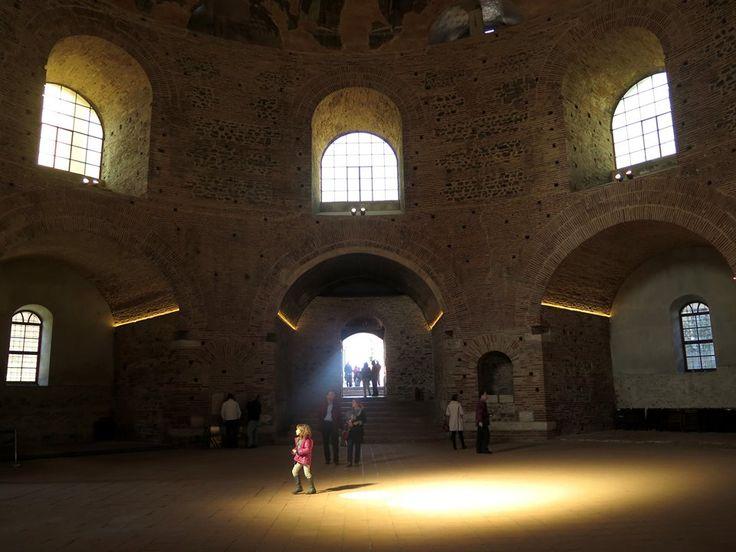 Selanik'teki Rotondada Osmanlı izleri…   Yunanistan'ın Selanik kentindeki en eski ve gösterişli yapılarından biri olan Rotonda da Osmanlı izlerine de rastlanıyor. İsmini dairesel şeklinden alan ve milattan sonra 300 yıllarında Galerius Maximianus tarafından yaptırılan Rotonda, kayıtlara göre tarihte Roma yapısı, bazilika ve cami olarak kullanıldı.   UNESCO Dünya Mirası Listesi'nde yer alan ve günümüzde müze olarak hizmet veren yapının bahçesindeki eski şadırvan ile giriş kapılarından birin