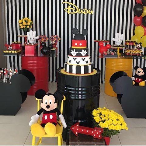 Festa fofa do Mickey! Adoro barril na decoração, super estiloso ❤️ #kikidsparty #Mickey #mickeyparty por @dueeventos_