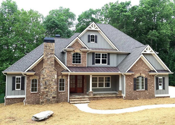 """<ul><li><strong>MORE PHOTOS</strong>: See more photos in our <a href=""""http://bit.ly/24363tw-gp"""">Google </a> photo album.</li><li>An exciting blend of mixed materials adorns the exterior of this superior Craftsman house plan.</li><li>Both the foyer and the great room ceilings soar up two stories for a dramatic effect.</li><li>A wall of windows in the great room overlooks the rear screened porch where you can relax in a bug-free environment.</li><li>In the kitchen, a giant hidden walk-in…"""