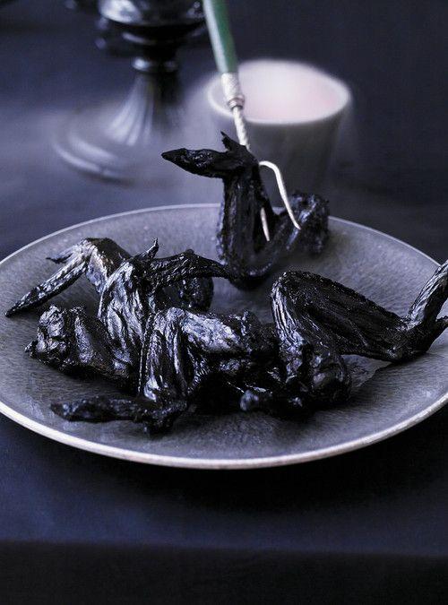 Ailes de chauves-souris (ailes de poulet)  BLACK BBQ SAUCE...NOIR!...AVEC ENCRE DE SEICHE POUR COLORER NATURELLEMENT...  CHICKEN WINGS GONE GHOOL-Y!!...USE BLACK SQUID INK (Italian épiceries/fish mongers) to color naturally...BAT WINGS!!!!