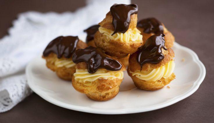 In simpele fruittaartjes met bladerdeeg, als vulling voor chocolade éclairs, als basis voor aardbei- of frambozentaartjes,samen…