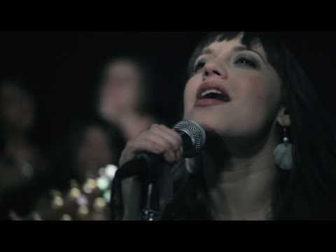 ▶ Christine D'Clario - Él Nos Ama (How He Loves) - Videoclip Oficial HD - Música Cristiana - YouTube