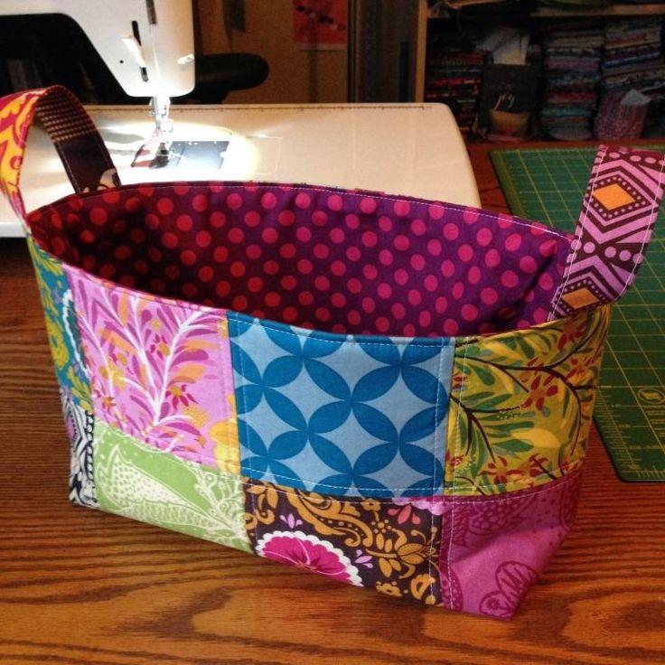 patchwork facile - se faire un panier très original en chutes de tissu multicolores avec anses roses