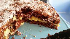 Esta receita foi dada por uma amiga à minha mãe há alguns anos. O bolo é delicioso, mas nunca tinha feito cá em casa. Desta vez resolvi experimentá-lo e colocar no blog. Experimentem mesmo, é óptimo.