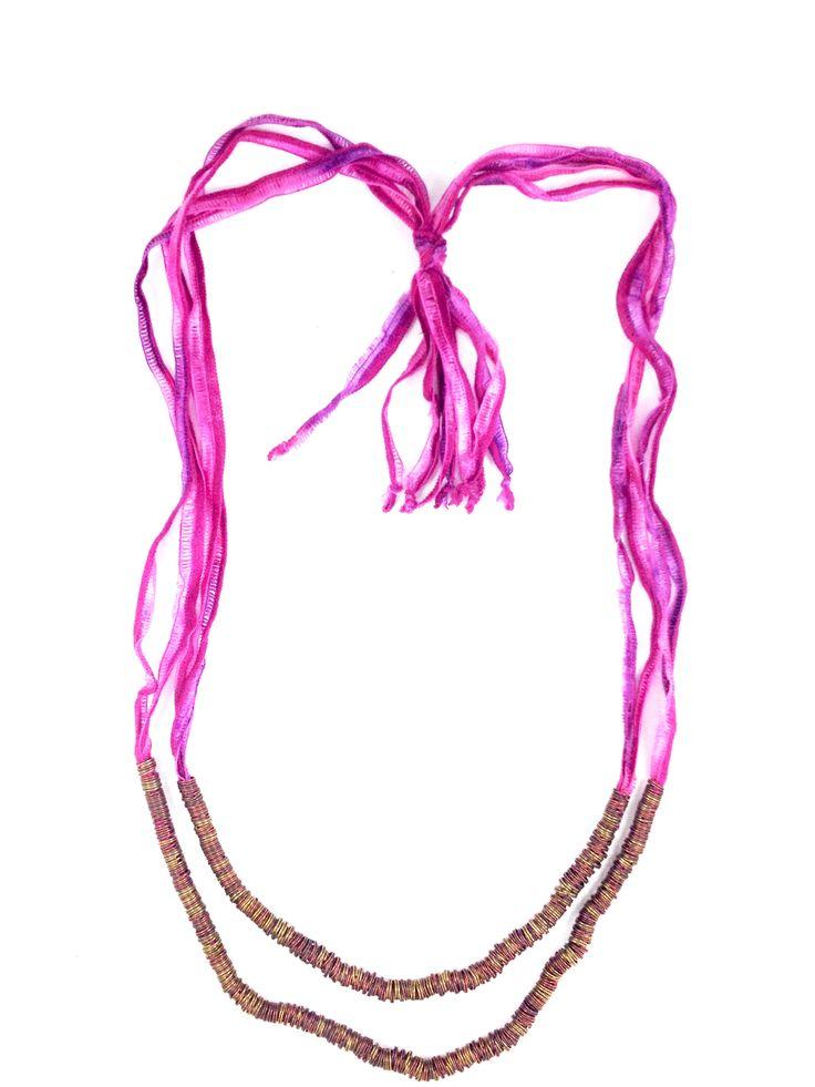 Collar en seda rosada con argollas pavonadas $38.000 COP