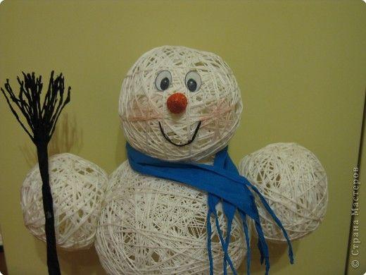Мастер-класс Поделка изделие Новый год Моделирование конструирование Снеговик из ниток  Готовимся к Новому году Бумага гофрированная Нитки Шарики воздушные фото 1