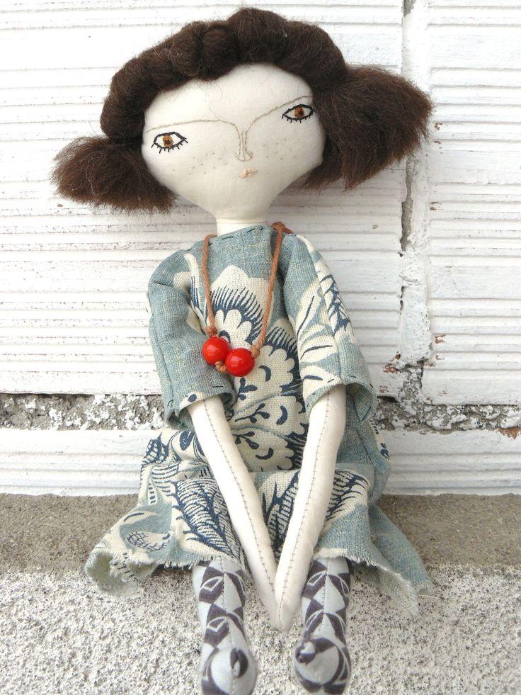 Muñeca artística con pelo de lana virgen cosido a mano y vestido de lino. 30 cm de AntonAntonThings en Etsy