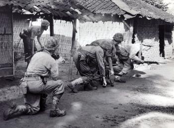 Verkenning in kampong, omgeving Soerabaja 25 april 1946 (source Maritiem Digitaal NL)