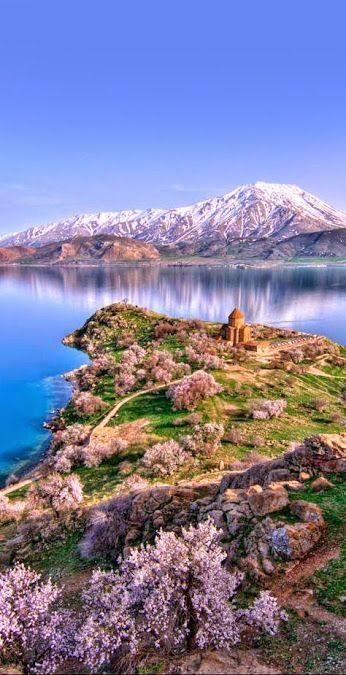 Isla Akdamar, Lago Van, Turquía. La Isla de Akdamar se encuentra a tres kilómetros de la costa sur del Lago Van, cerca de la ciudad de Gevas, en la región de Anatolia del Este, Turquía. Posee dos kilómetros de costas y los acantilados de la parte oeste de la misma se alzan a 80 metros por sobre el nivel del lago, que está a poco más de mil novecientos metros sobre el nivel del mar. Cuenta la leyenda que su nombre proviene del de una joven princesa armenia que ayudaba a su novio, que nadaba…