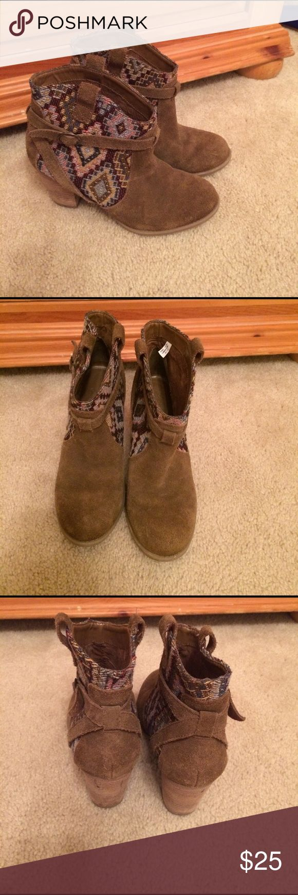American Eagle Outfitter suede ankle boots 6 American Eagle Outfitter suede ankle boots 6. In good slightly used condition. Aztec print. Comes from smoke free and pet free home. American Eagle Outfitters Shoes Ankle Boots & Booties