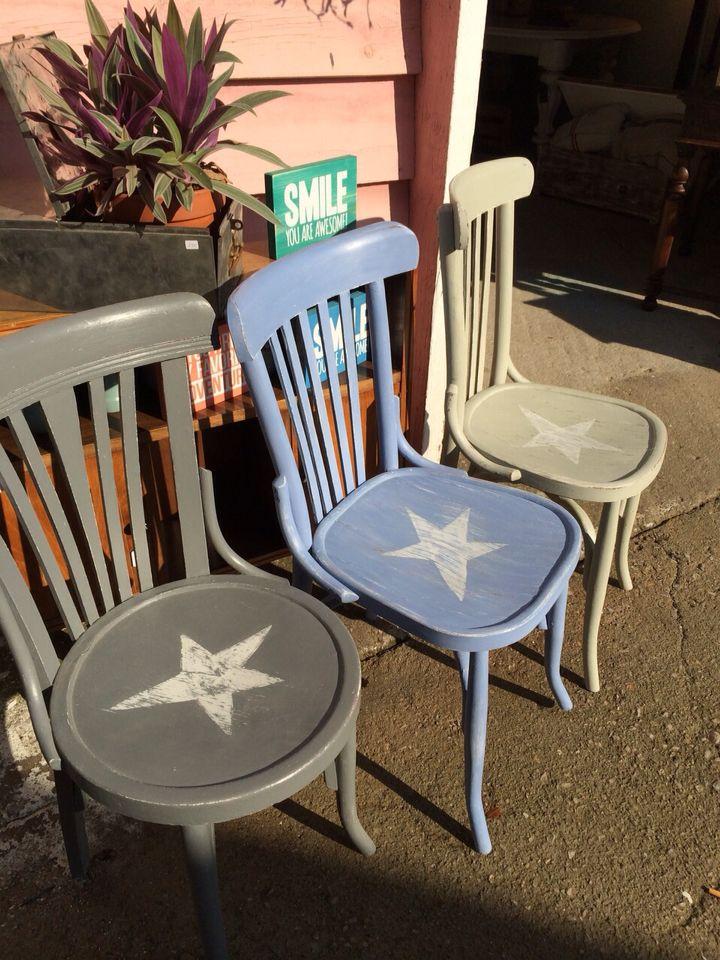 Sillas con estrella, recicladas y restauradas