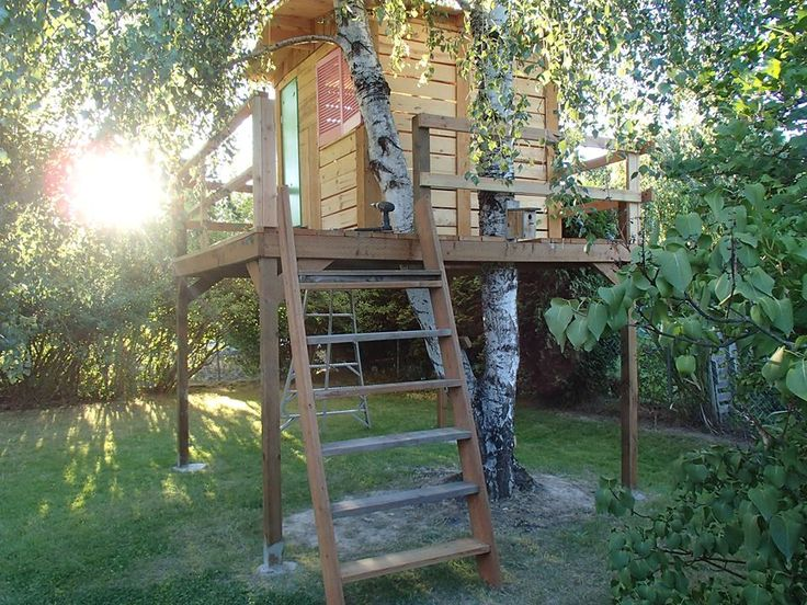 Tree house constructed out of old pallets gardening for Pallet tree fort