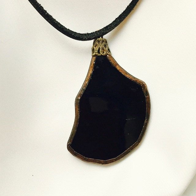 Handgemaakte en exclusieve hanger van zwart Tiffany glas met een antieke koperlook door BeautifullSieraden op Etsy