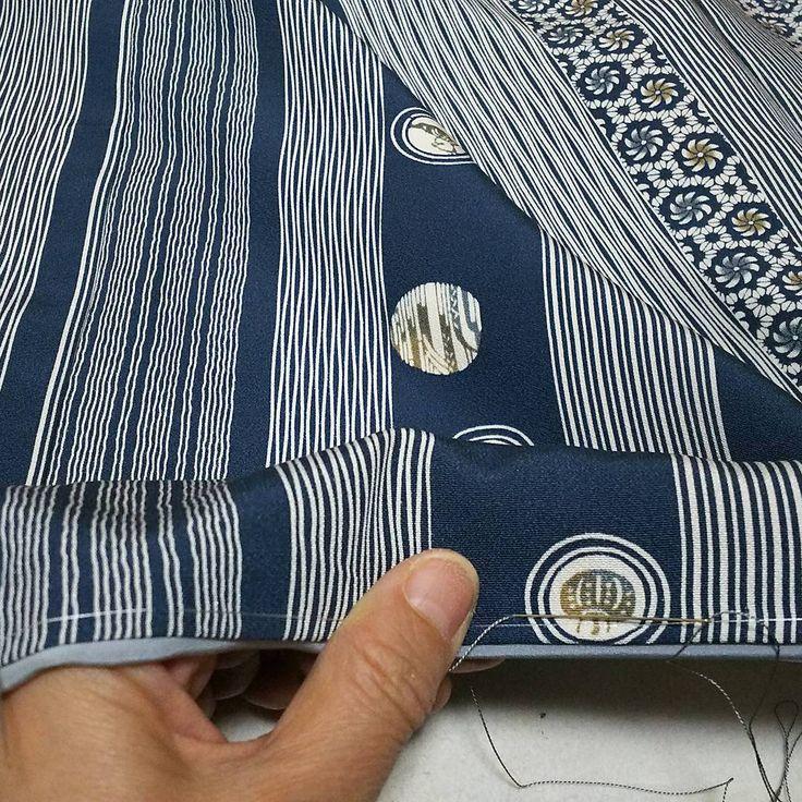 小紋着物を仕立て中。 『裾とじ』裾のふきを小さな針目でとじます。 #和裁 #着物 #仕立て #小紋着物 #裾とじ #東亜和裁 #toawasai