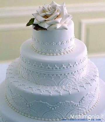 Torta nuziale bianca classica con fiore by Le Delizie di Laura. Guarda altre immagini di torte nuziali: http://www.matrimonio.it/collezioni/torte_nuziali/5__cat