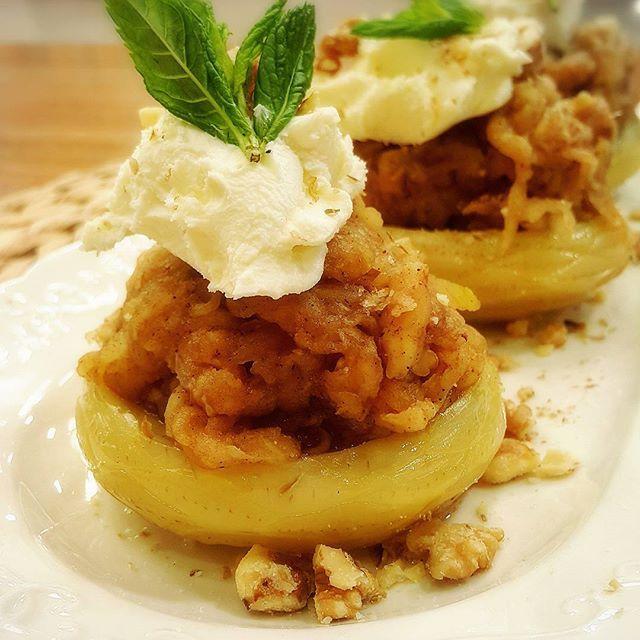 Elmalı Pasta yapılışı çok kolay ve harika bir lezzet. Orijinal tarifte puding su ile pişirilmiş ben elma suyu kullandım ve daha lezzetli olduğunu düşünüyorum. İsterseniz kendi pudinginizi yine elma suyu nişasta ve tozşeker ile kendinizde hazırlayabilirsiniz. Çok kısa bir sürede hazırlayacağınız hem