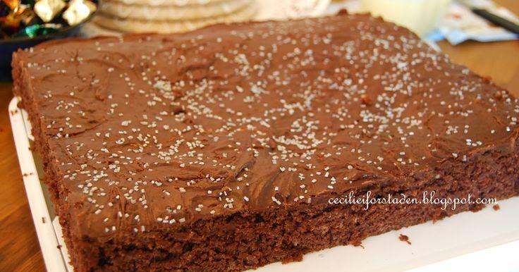 Supersaftig sjokoladekake fra Cecilie i forstaden. Stor, mørk og saftig. Kan fryses.