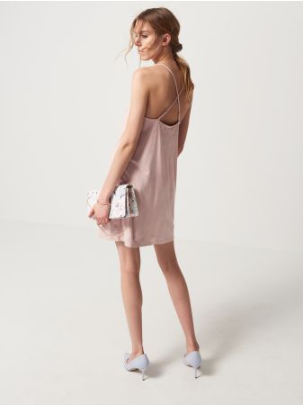 Mohito - Sukienka ze skrzyżowanymi ramiączkami Zmysłowa sukienka o bieliźnianym stylu. Wykonana z oryginalnego materiału przypominającego miękki zamsz. Delikatne ramiączka z możliwością regulacji pięknie krzyżują się na linii łopatek. Klasyczny krój z mocno wyciętym dekoltem i rozszerzanym dołem. Dostępna w 2 modnych kolorach.<br /><br />Wzrost modelki 180 cm<br />Modelka ze zdjęcia ma na sobie rozmiar S