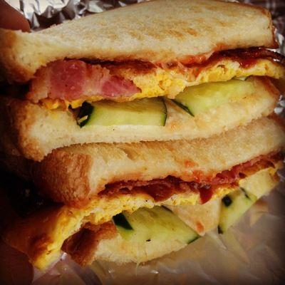ダブルサンドイッチ  これのキュウリをレタスとトマトに替えれば、うちのBLT+Eサンド♪