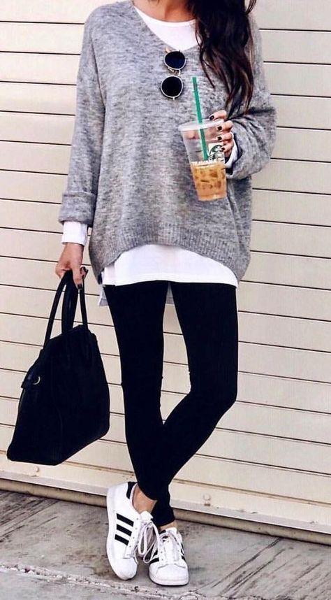 #fall #outfits grauer Pullover für Damen und ein Paar schwarze Leggings. Klicken Sie auf Shop Th