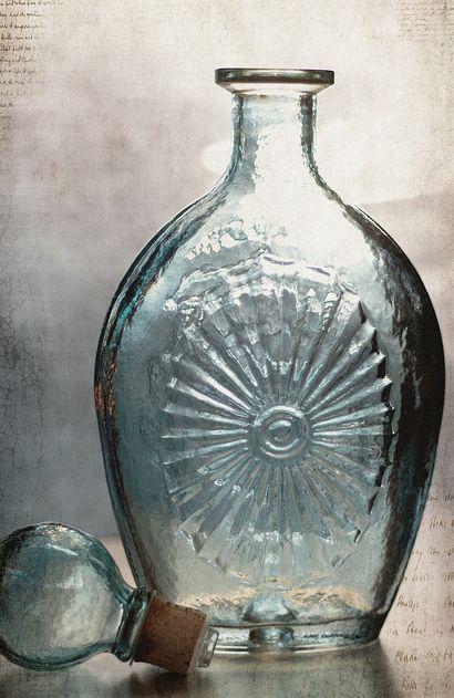 Cuando era niña en mi casa habia una botella de estas, la usabamos para poner agua// Encontrado en inspirationlane.tumblr.com