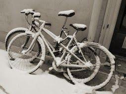 quel petit vélo neigeux au fond de la cour ?