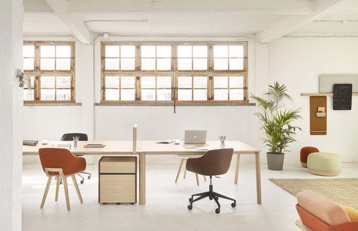 Heldu, design Iratzoki & Lizaso. Sistema di tavoli modulari con partizioni mobili coordinate e asole di elettrificazione. Il legno e la pelle richiamano l'atmosfera dell'ufficio tradizionale nonostante l'alto tasso di tecnologia.